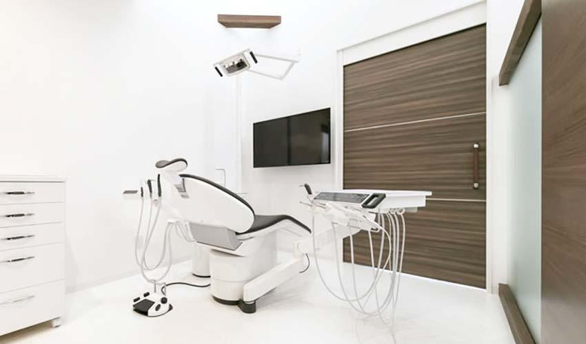 こうの歯科・矯正歯科クリニック 診療室内を含む写真