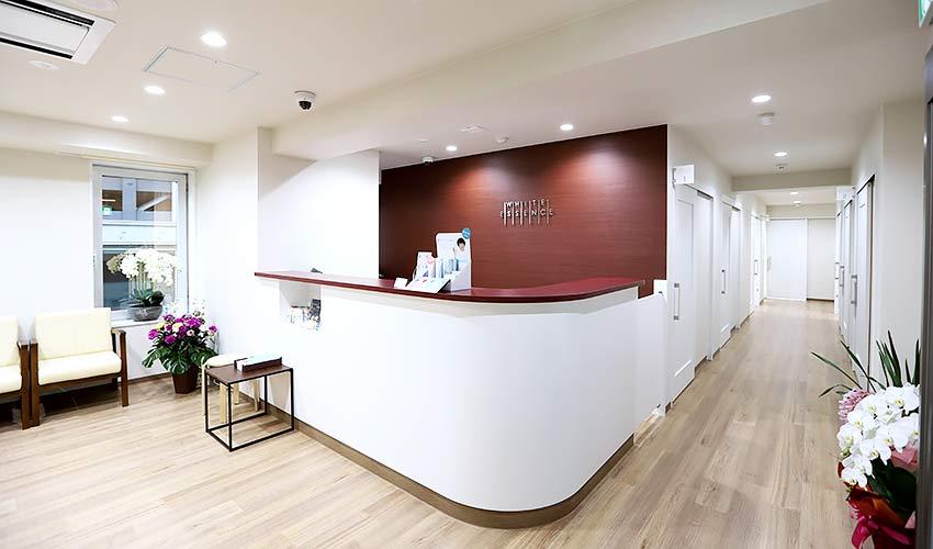 ホワイトエッセンス広島駅前歯科 受付を含む写真