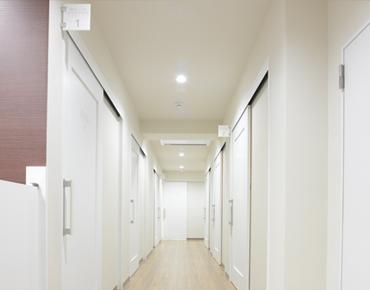 ホワイトエッセンス広島駅前歯科 診療室内を含む写真