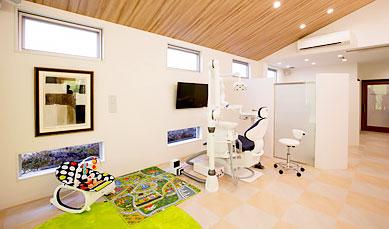 松井ヶ丘はっとり歯科 診療室内を含む写真
