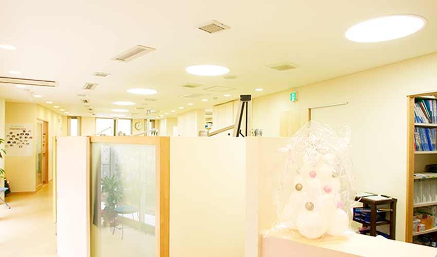 橋本歯科医院 受付を含む写真