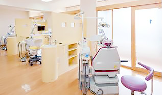 上田歯科医院 診療室内を含む写真