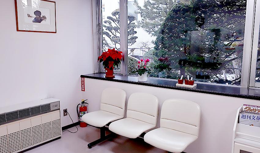 カドマエ歯科医院 受付を含む写真
