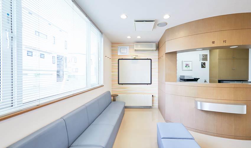 村川歯科医院 受付を含む写真