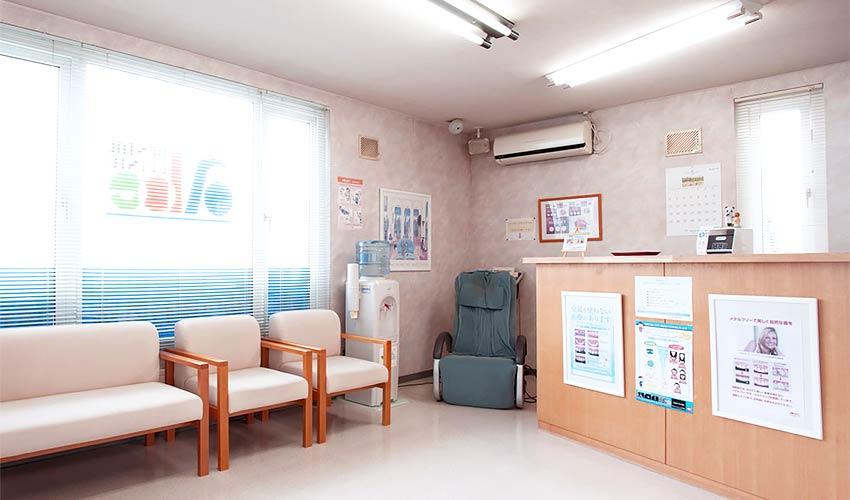 あべ歯科医院 受付を含む写真