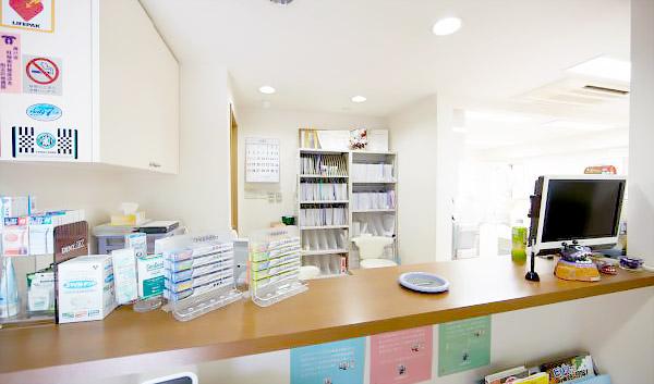 北村歯科医院 受付を含む写真
