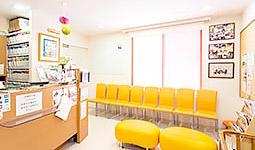 飯豊歯科クリニック受付を含む写真