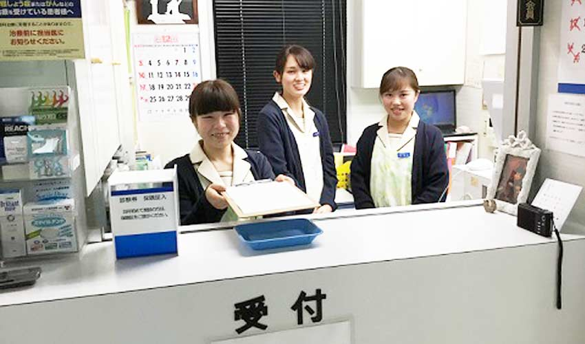 掛川歯科医院 受付を含む写真