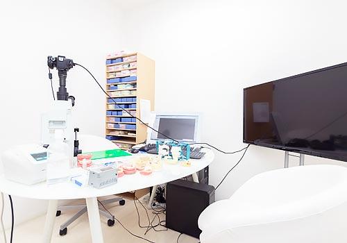 田島歯科口腔外科クリニック 受付を含む写真