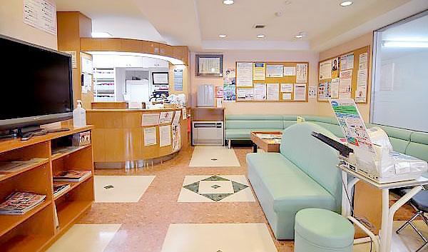 こばやし歯科医院 受付を含む写真