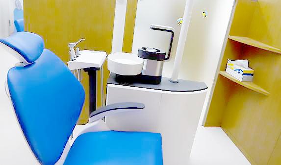 ひらの歯科 診療室内を含む写真