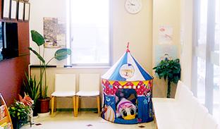 稲城はせがわ歯科医院 診療室内を含む写真