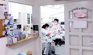 清水坂歯科医院 受付を含む写真