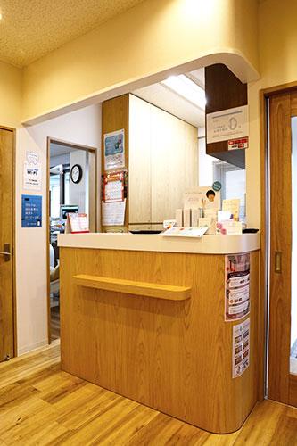百瀬歯科医院 受付を含む写真
