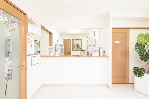 大林歯科医院 受付を含む写真