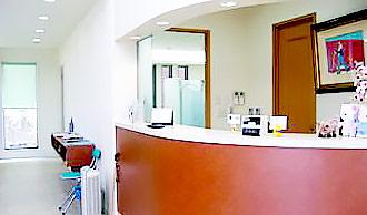 吉野歯科医院 受付を含む写真