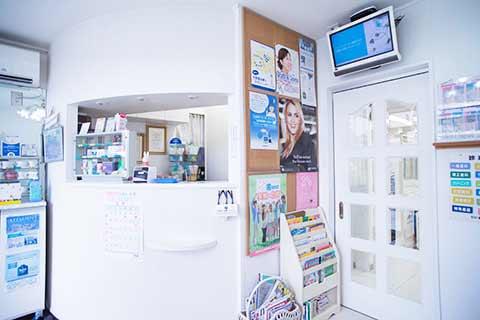 医療法人社団にい歯科・矯正歯科 受付を含む写真