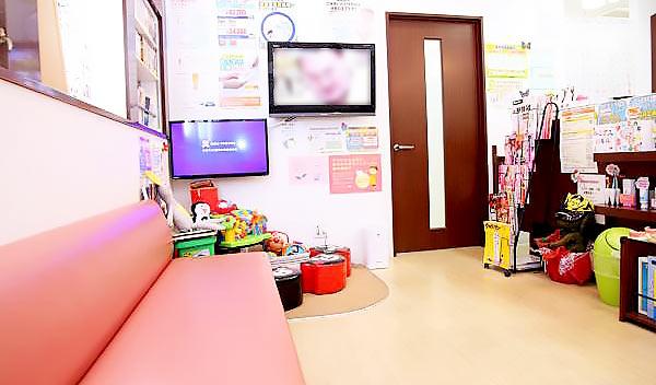 もりした歯科医院 受付を含む写真