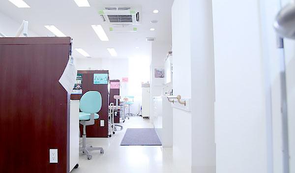 もりした歯科医院 診療室内を含む写真
