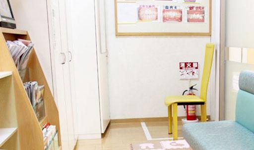やすらぎ歯科医院 診療室内を含む写真