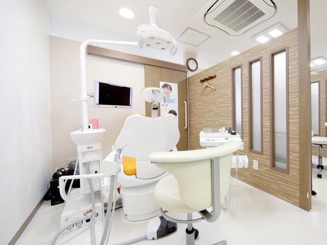 かないずみ歯科医院 診療室内を含む写真