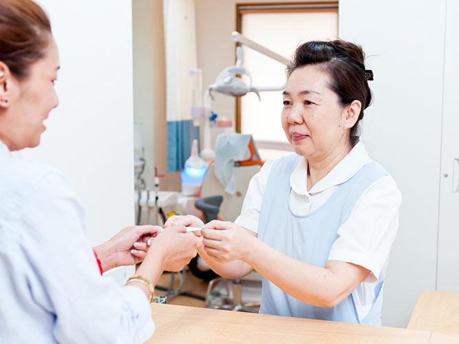 細田歯科医院 受付を含む写真