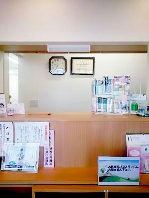 あざみ野ポプラ歯科クリニック 受付を含む写真