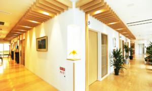 エルム駅前歯科医院クリスタル 診療室内を含む写真